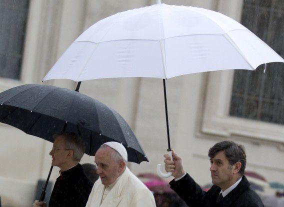 Paus Franciscus arriveert op het Sint-Pietersplein voor zijn wekelijkse audiëntie.