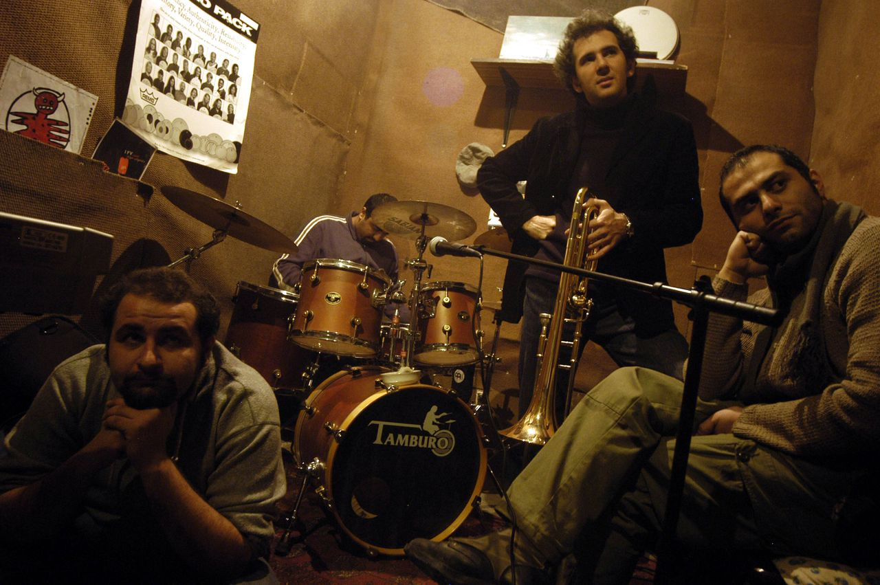 """Basplayer Ali Reza Pourasad (24), Yahya Alkhasa (24, drummer), Salmak Khaledi (23, trumpet), Shervin Shahamnipour (27, gitar), Sardar Sarmast (23) from 127 band in Tehran. Nothing has changed much for Iranian youths since hardliner Mahmoud Ahmadinejad became president. Some have a feeling of being without hope for the future. """"We never were allowed to come out with a cd anyway"""", a band member said. Iraanse rockband 127"""