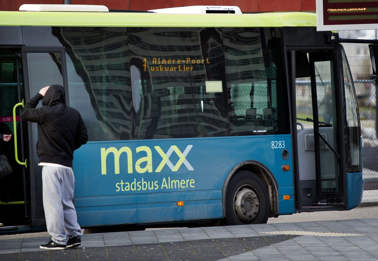Een bus van Connexxion bij busstation Almere Centrum in 2011.