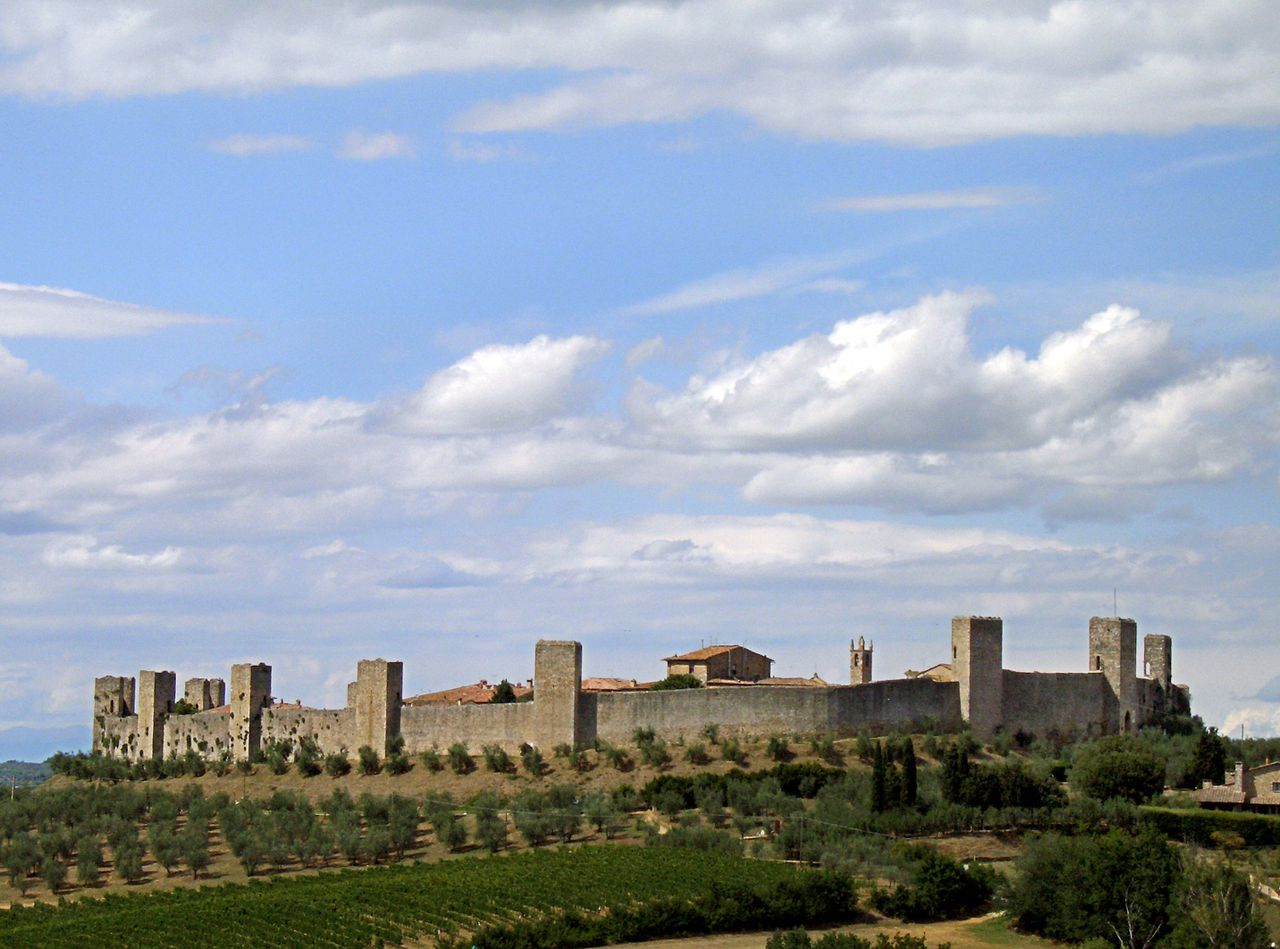 (dpa - files) The photo depicts Monteriggioni in Tuscany, Italy, September 2005. The fortified town was founded in 1203 and served as a fortress in the wars between Siena and Florence. Photo: Boris Roessler