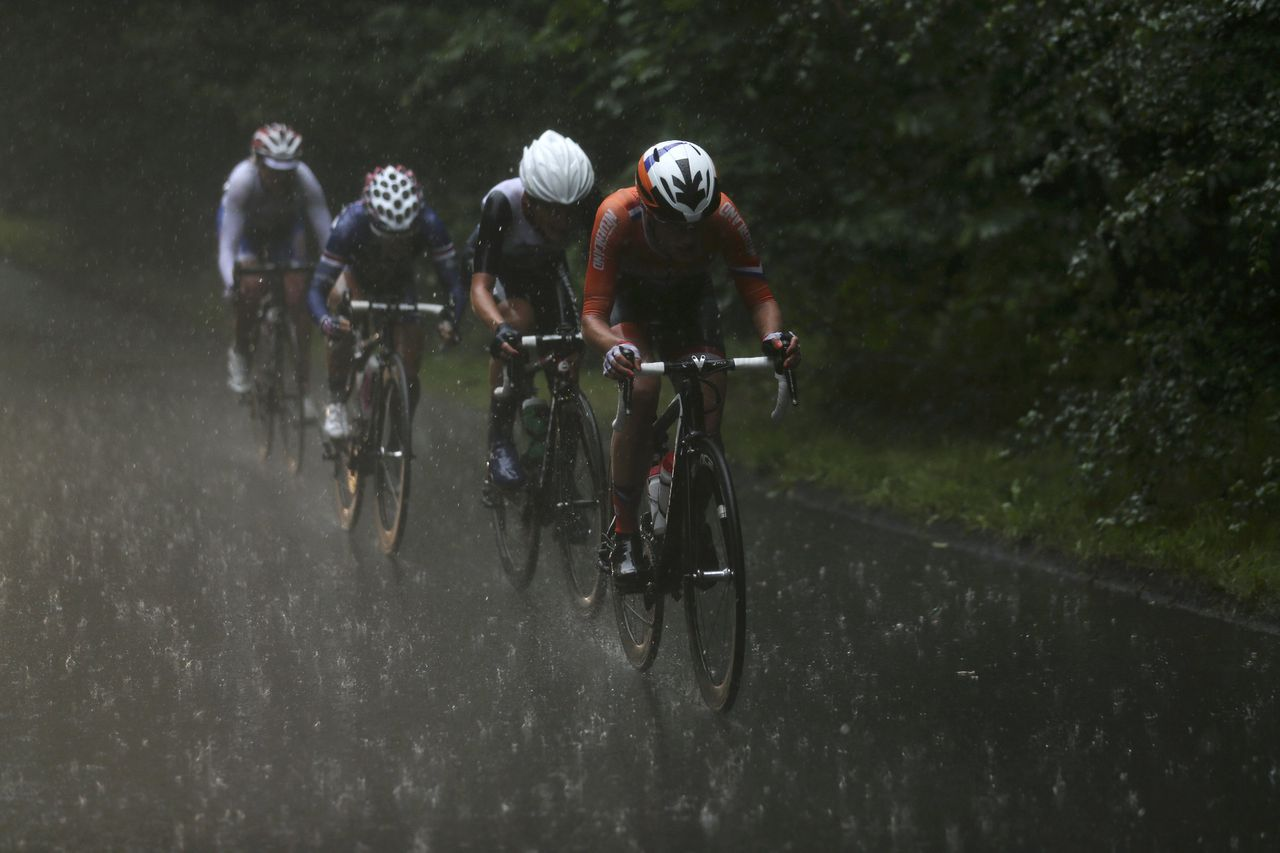 (From R to L) Netherlands' Marianne Vos, Britain's Elizabeth Armitstead, Kristin Armstrong of the U.S. and Russia's Olga Zabelinskaya cycle in the rain during the women's cycling road race final at the London 2012 Olympic Games July 29, 2012. REUTERS/Stefano Rellandini (BRITAIN - Tags: SPORT OLYMPICS CYCLING TPX IMAGES OF THE DAY ENVIRONMENT)