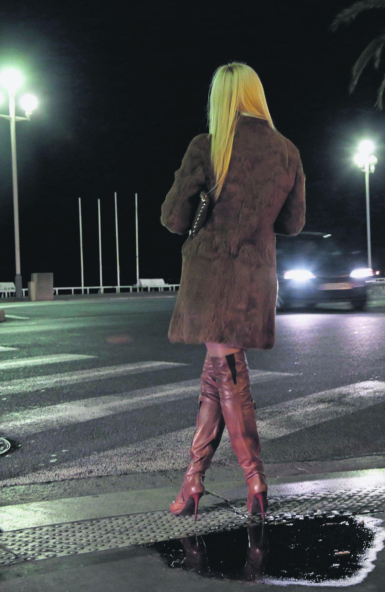Een Oost-Europese prostituee wacht op klanten in Nice.