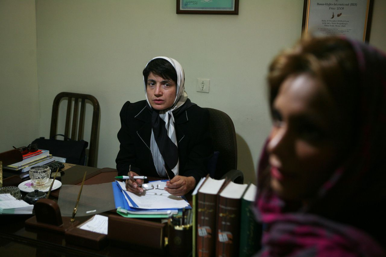 Advocaat Sotoudeh (links) en Banafsheh Najebpour, dochter van Zahra Bahrami die kans loopt op de doodstraf. Najebpour wilde niet herkenbaar in beeld. Foto Newsha Tavakolioan Mensenrechtenadvocaat Nasrin Setoudeh (links) en Banafsheh Najebpour, dochter van de Iraans-Nederlandse Zahra Bahrami, die kans loopt ter dood veroordeeld te. Najebpur wilde niet herkenbaar in beeld worden gebracht. Foto Newsha Tavakolioan Lawyer Nasrin Sotoudeh (L) and Banafsheh Najebpour, the daughter of Iranian-Dutch Zahra Bahrami who could face the death penalty in Iran after having been accused of ties to an armed resistance group and smuggling drugs. She does not want to be recognizable, since security forces have asked her not to talk to foreign media.