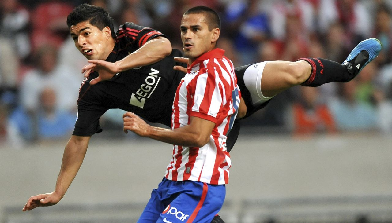 Luis Suarez (links) strijdt om de bal met Juanito van Atlético Madrid. Foto AP Ajax's Luis Suares, left, vies for the ball with Atletico de Madrid's Juanito, right, during the Amsterdam Tournament at the Arena Stadium in Amsterdam, Netherlands, Friday, July 24, 2009. (AP Photo/Ermindo Armino)