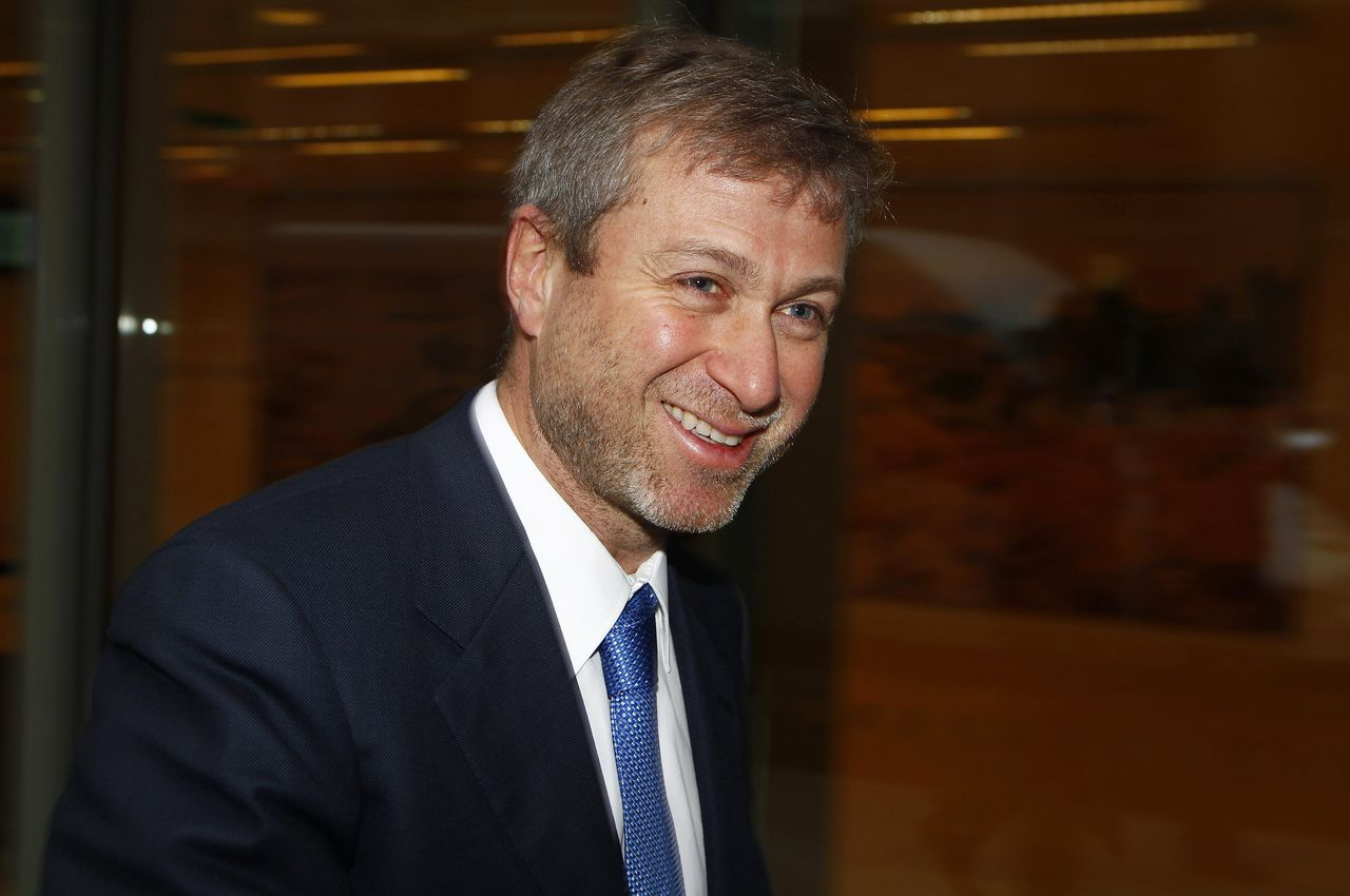 Russian billionaire and owner of Chelsea football club Roman Abramovich leaves a division of the High Court during a lunch break in central London November 8, 2011. Abramovich and Russian oligarch Boris Berezovsky are locked in a $6 billion legal battle in London's Commercial Court, with Berezovsky accusing his former protege of intimidating him in 2000 into selling shares in oil company Sibneft at a fraction of their value. REUTERS/Andrew Winning (BRITAIN - Tags: BUSINESS ENERGY)