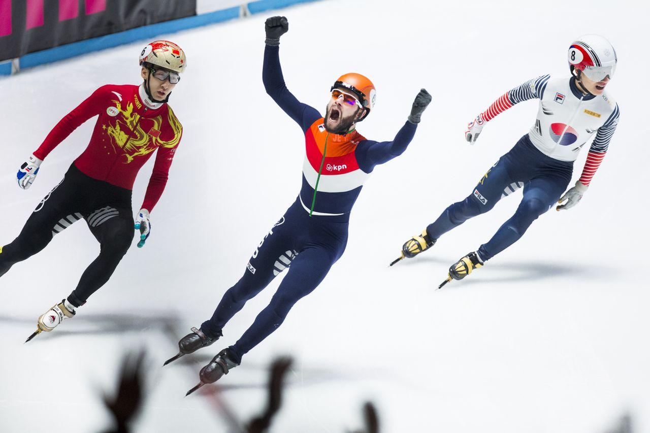 Sjinkie Knegt juicht na het winnen van de wereldtitel op de 500 meter.