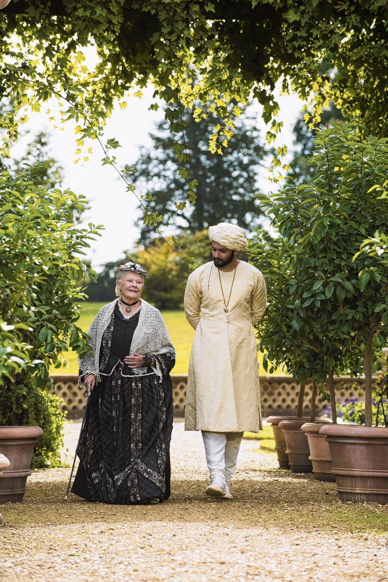 Judi Dench als koningin Victoria en Ali Fazal als Abdul Karim, haar 'mushi' (leraar) die niet van haar zijde week.
