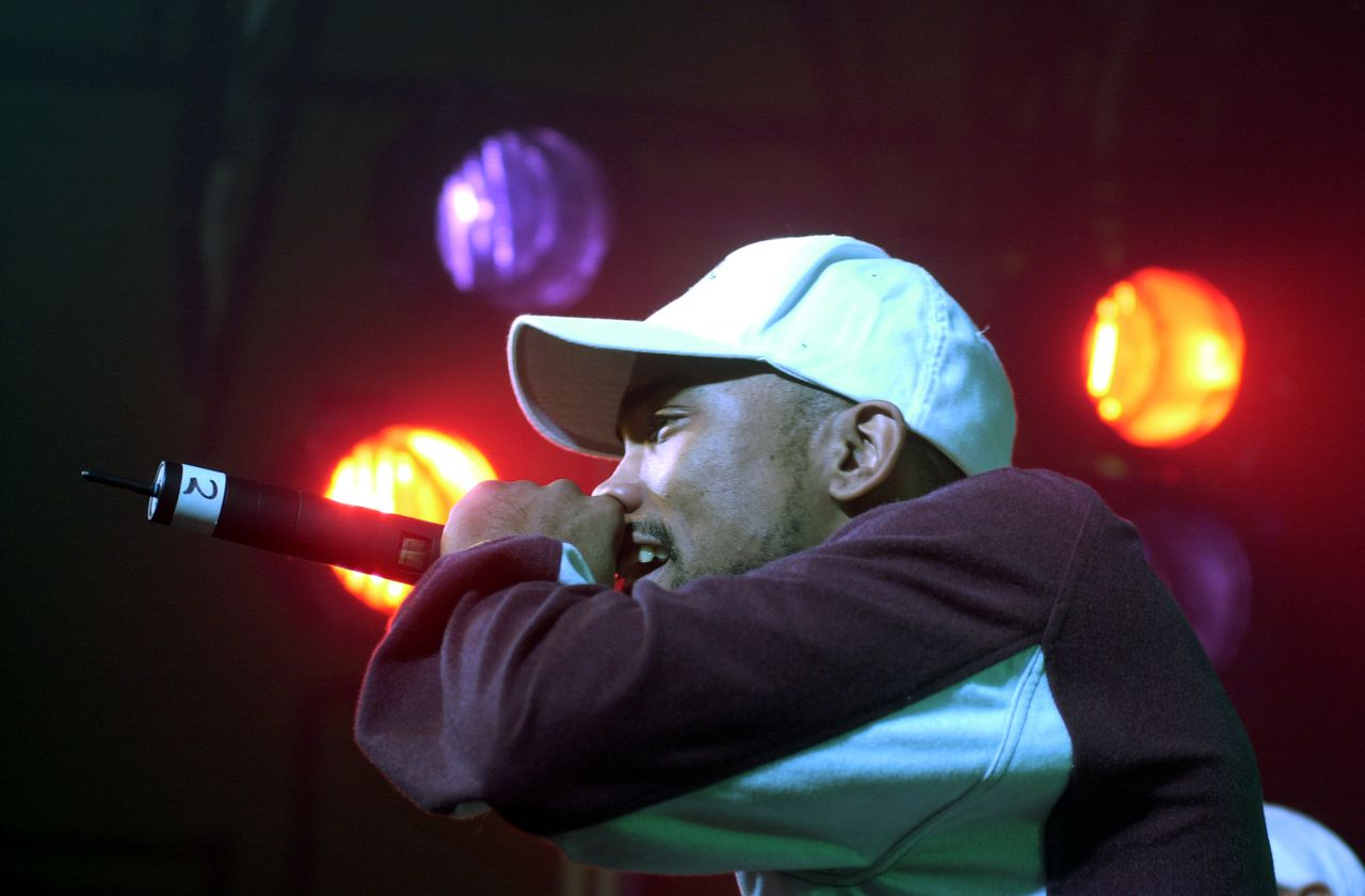 Proof tijdens een optreden in zijn woonplaats Detroit in 2003 Foto AP ** FILE ** Proof, a member of rap group D12 and a close friend of Eminem, shown on March 13, 2003 in Detroit, was shot to death early Tuesday, April 11, 2006 at a nightclub along Eight Mile Road, a publicist said. The death of Proof _ whose real name is Deshaun Holton _ was confirmed by Dennis Dennehy, the publicist for D12's label, Interscope Records. (AP Photo/Carlos Osorio)