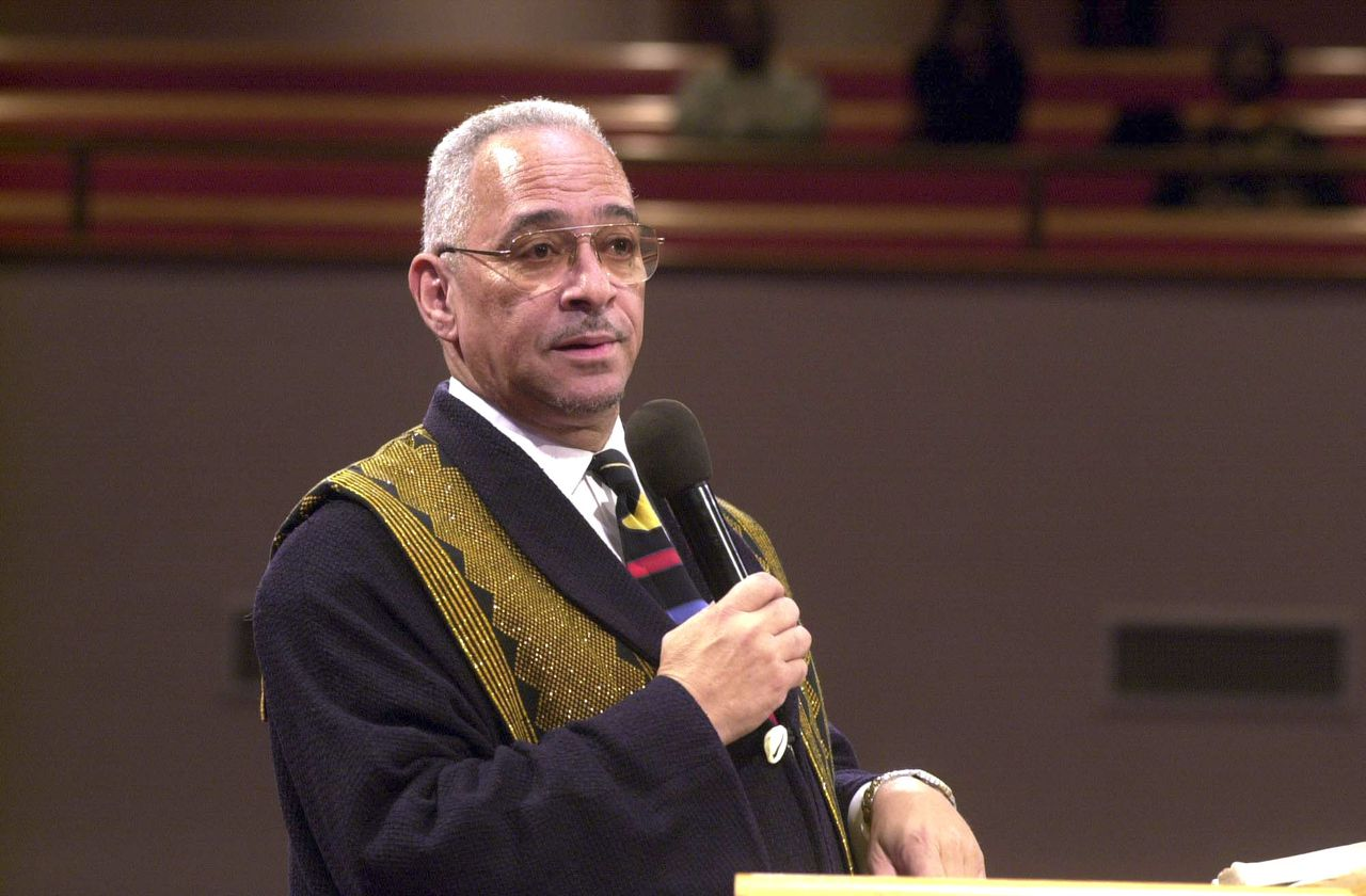 Jeremiah Wright Foto AP Rev. Jeremiah Wright gives words of comfort to family and mourners at a funeral service for Roebuck Staples at Trinity United Church of Christ in Chicago, in this Dec. 23, 2000 file photo. U.S. Democratic presidential hopeful, Sen. Barack Obama, D-Ill., on Friday, March 14, 2008, denounced inflammatory remarks from his pastor, who has railed against the United States and accused its leaders of bringing on the Sept. 11 attacks by spreading terrorism. (AP Photo/Chicago Sun-Times, Brian Jackson) **CHICAGO OUT, MAGS OUT**