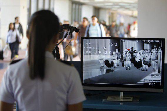 Passagiers die uit de Verenigde Arabische Emiraten komen worden gescreend bij de terminal op het vliegveld van Manilla op de Filipijnen. De autoriteiten zoeken naar passagiers die contact hebben gehad met een man die MERS heeft.