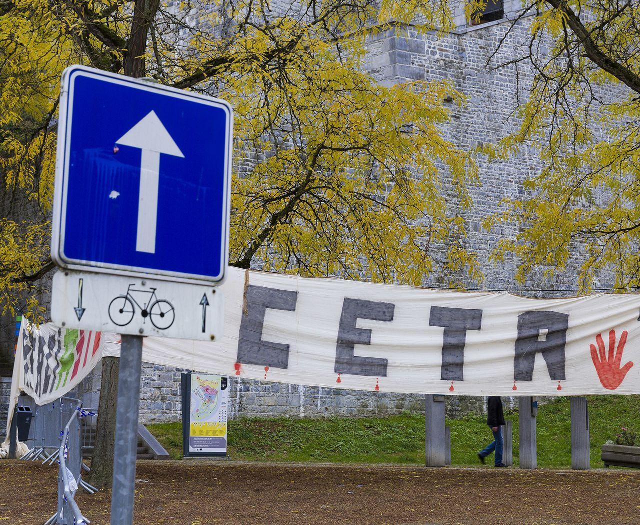Een anti-CETA-spandoek bij het Waalse parlement in Namen.