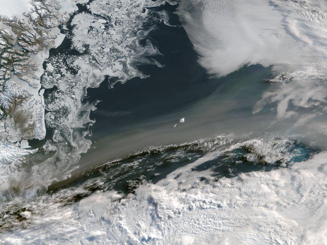 Rook boven zee ten oosten van Groenland, waargenomen door een satelliet van de NASA in juli 2015. De rook is afkomstig van branden in boreale veengebieden in Canada en Alaska, die toen zeer hevig waren.