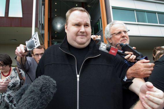 Kim Dotcom praat met journalisten nadat hij op borgtocht is vrijgelaten in februari 2012.