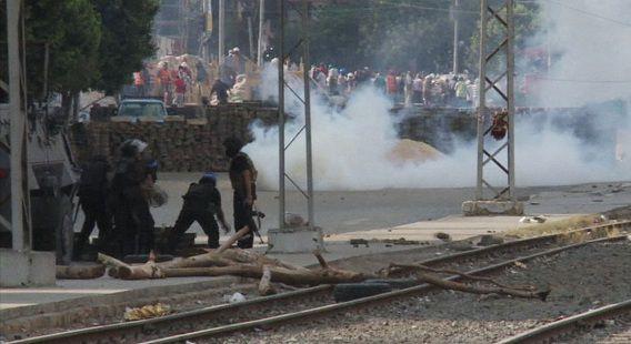 Egyptische veiligheidstroepen gebruiken traangas tegen aanhangers van de verdreven president Morsi in de binnenstad van Kairo.