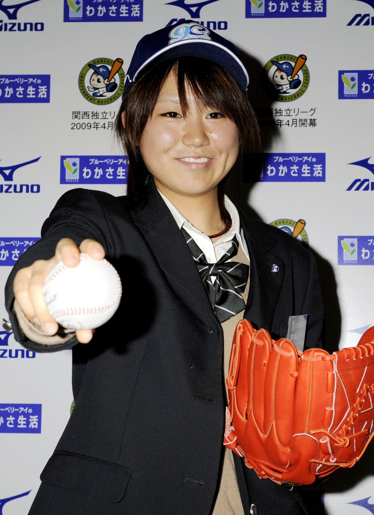 graag een keer zien pitchen. Eri Yoshida Foto AP High school student Eri Yoshida, 16, strikes a pose with a ball after being drafted by an independent league's professional team during a press conference in Osaka, western Japan, Sunday, Nov. 16, 2008. Yoshida, who throws a side-arm knuckleball, was drafted by the Kobe 9 Cruise in a new independent Japanese league that will start its first season in April. Yoshida says she wants to follow in the footsteps of Boston Red Sox knuckleballer Tim Wakefield. (AP Photo/Kyodo News) ** JAPAN OUT MANDATORY CREDIT FOR COMMERCIAL USE ONLY IN NORTH AMERICA **