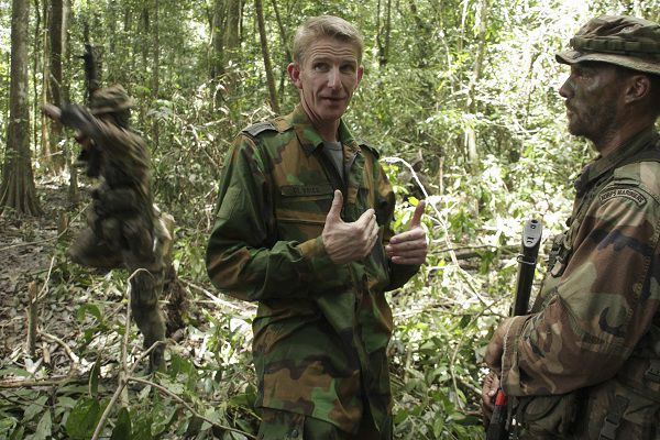 Jack de Vries (C), State Secretary of Defense for the Netherlands, talks with a Dutch soldier as he visits a camp where soldiers from his country are undergoing jungle training at Pikin Saron, near Paramaribo March 23, 2010. De Vries is on a three-day visit to Suriname. REUTERS/Ranu Abhelakh (SURINAME - Tags: MILITARY POLITICS)