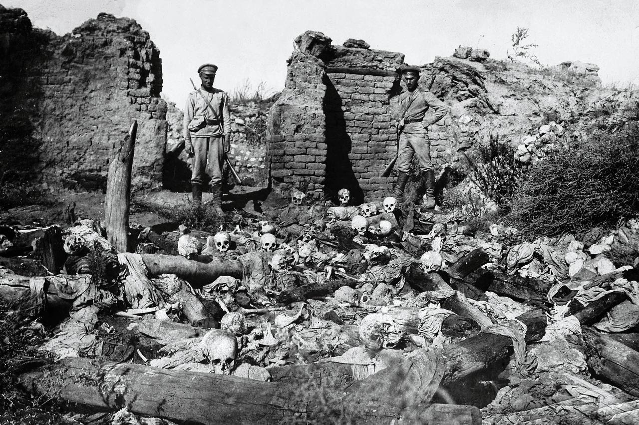 Militairen bij de skeletten van een uitgemoord Armeens dorp in Oost-Turkije.