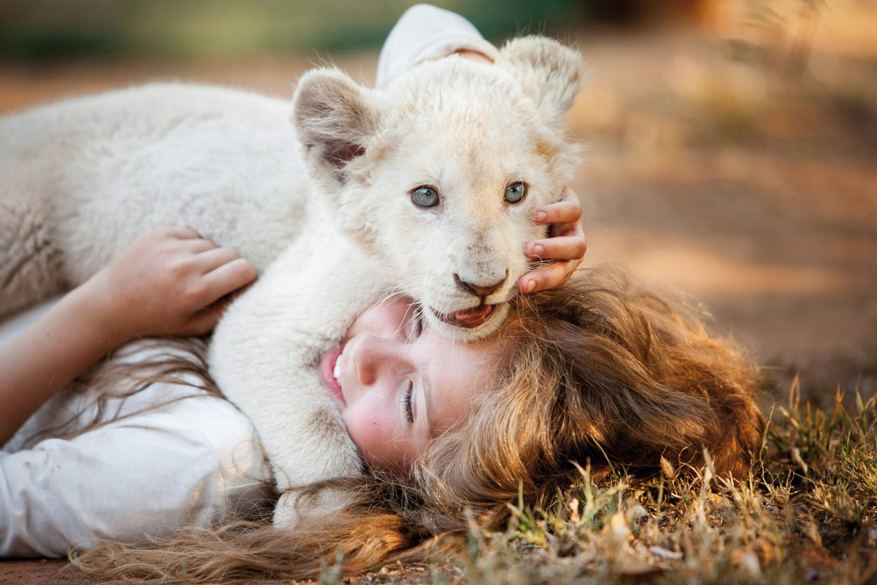 Mia (Daniah de Villiers) en leeuwenwelp Charlie in 'Mia and the White Lion'.
