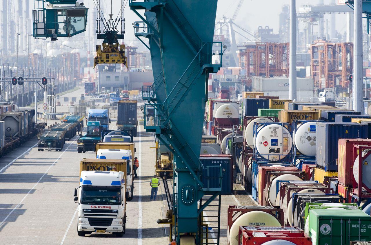 Een railoverslag op de Rotterdamse haven.