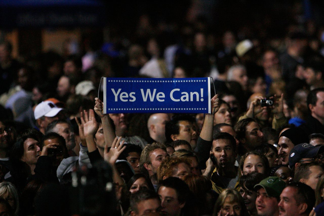 "Obama's verkiezingsslogan was kennelijk sterker dan McCains 'Country First'. Eric Thayer CHICAGO - NOVEMBER 04: An Obama supporter holds up a sign which reads ""Yes we can"" as U.S. President elect Barack Obama gives his victory speech during an election night gathering in Grant Park on November 4, 2008 in Chicago, Illinois. Obama defeated Republican nominee Sen. John McCain (R-AZ) by a wide margin in the election to become the first African-American U.S. President elect. == FOR NEWSPAPERS, INTERNET, TELCOS & TELEVISION USE ONLY =="
