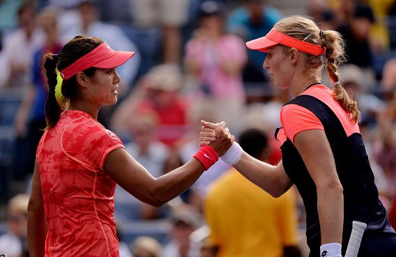 De Chinese Li Na, links, schudt de hand van de Russische Ekaterina Makarova nadat ze de kwartfinale van het US Open gewonnen heeft.