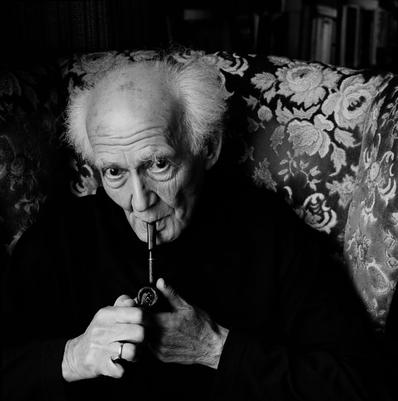 Foto Camera Press/Hollandse Hoogte D 33659-02 Zygmunt Bauman. Obligatory Credit - CAMERA PRESS/Eamonn McCabe. SPECIAL PRICE APPLIES - CONSULT CAMERA PRESS OR ITS LOCAL AGENT. FILE. Born in 1925, in Poland, Bauman is one of the best known sociologists and philosophers in the world. His name is often mentioned as a principal creator of the concept of
