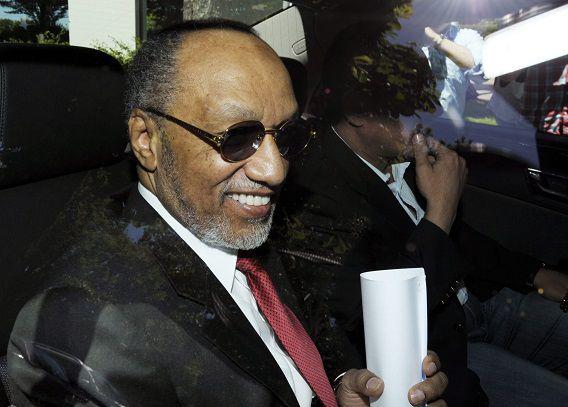 Mohamed bin Hammam onderweg naar het FIFA-hoofdkantoor in Zurich om over de vermeende corruptie te praten (mei 2011).