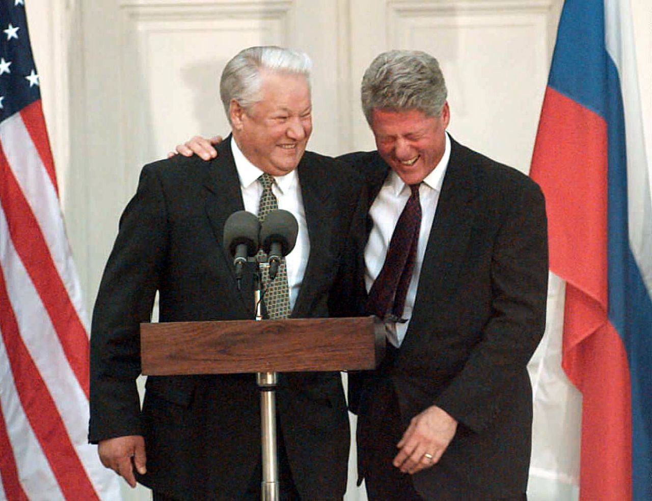 "De toenmalige Amerikaanse president Bill Clinton staat samen met de inmiddels overleden Russische president Jeltsin op 23 april 2007 in Hyde Park, New York, de pers te woord Foto AFP/Don Emmert (FILES) US President Clinton (R) laughs with Russian Federation President Boris Yeltsin during a press conference 23 October 1995 after their meeting in Hyde Park. Russia's former president Boris Yeltsin died 23 April 2007, a Kremlin spokesman told AFP Monday. He was 76. ""Former president Boris Yeltsin died today,"" the spokesman said. AFP PHOTO FILES / DON EMMERT Rectificaties / gerectificeerd De foto toont niet Boris Jeltsin en Bill Clinton in New York in 2007, maar in 1995."