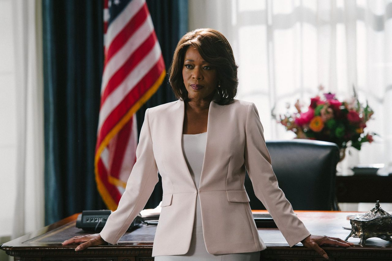 Alfre Woodard als president Constance Payton in de serie 'State of Affairs' (2014-2015).
