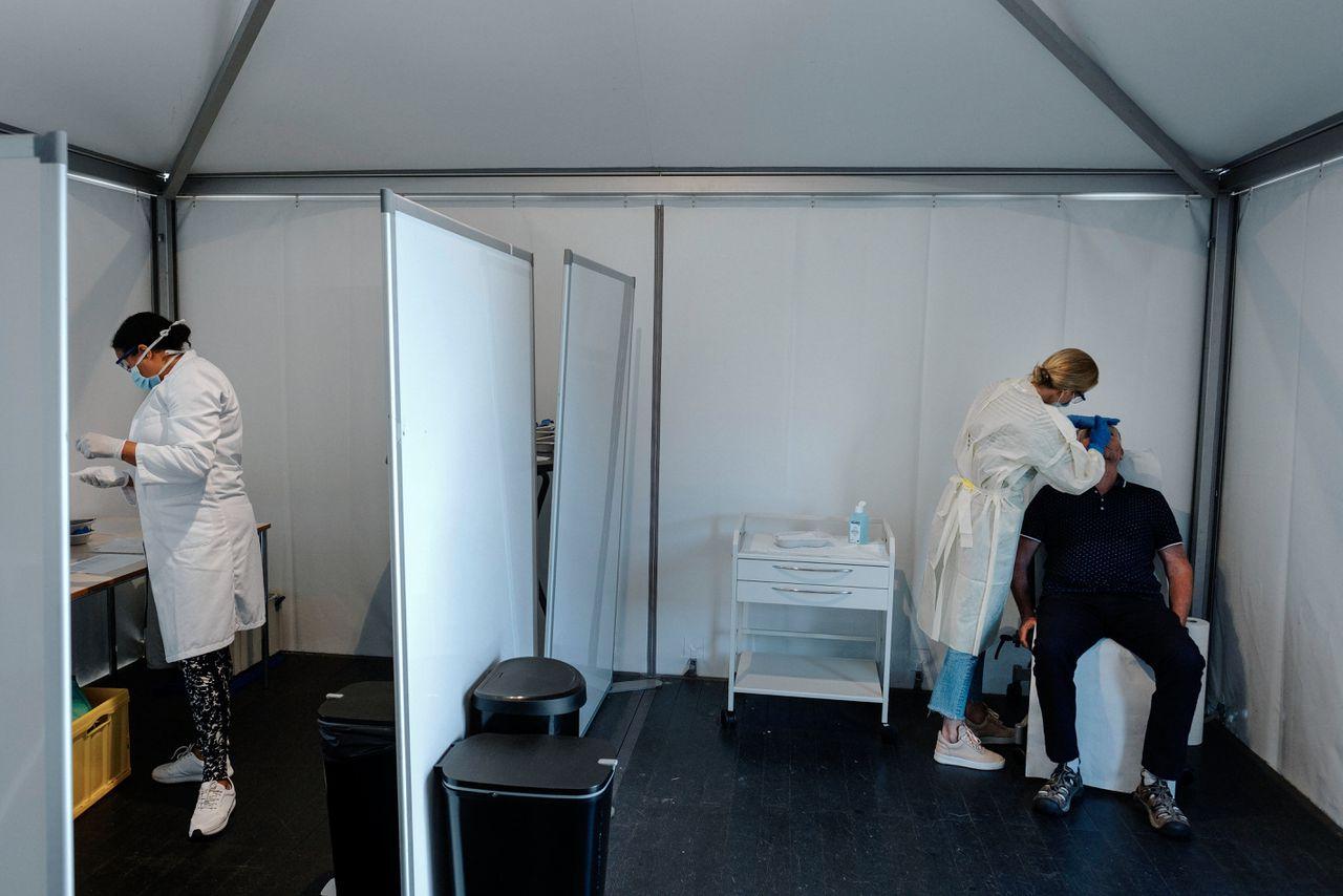 Een rustige dag op de Corona test locatie van de GGD Gelderland-Zuid. Voorbereidingen worden getroffen voor 1 juni in verband met de verwachte drukte.