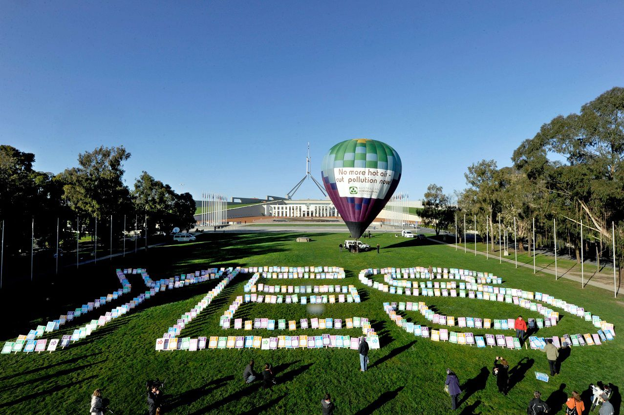 AUSTRALIA OUT NO ARCHIVES NO INTERNET NO SALES RESTRICTED TO EDITORIAL USE A hot air balloon stands in front of Parliament House during a pro-carbon tax rally in Canberra on October 12, 2011. Australia's lower house on October 12 passed a contentious new tax on carbon pollution to combat climate change which has angered many voters and threatens Prime Minister Julia Gillard's hold on power. AFP PHOTO / AAP / Alan PORRITT