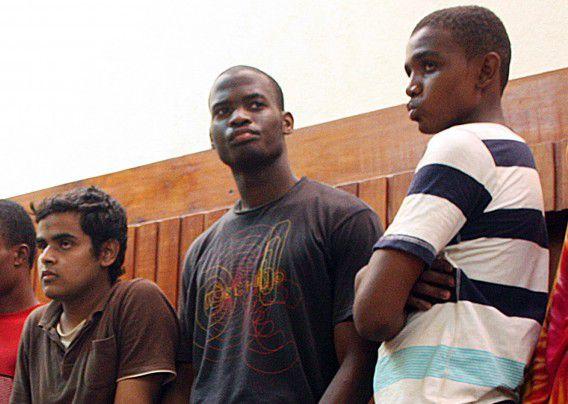 Verdachte van de Londense hakmesmoord Michael Adebolajo hier op beeld uit Kenia uit 2010. Hij wordt omringd door andere mannen die ervan verdacht werden te gaan strijden voor Al Shabab.