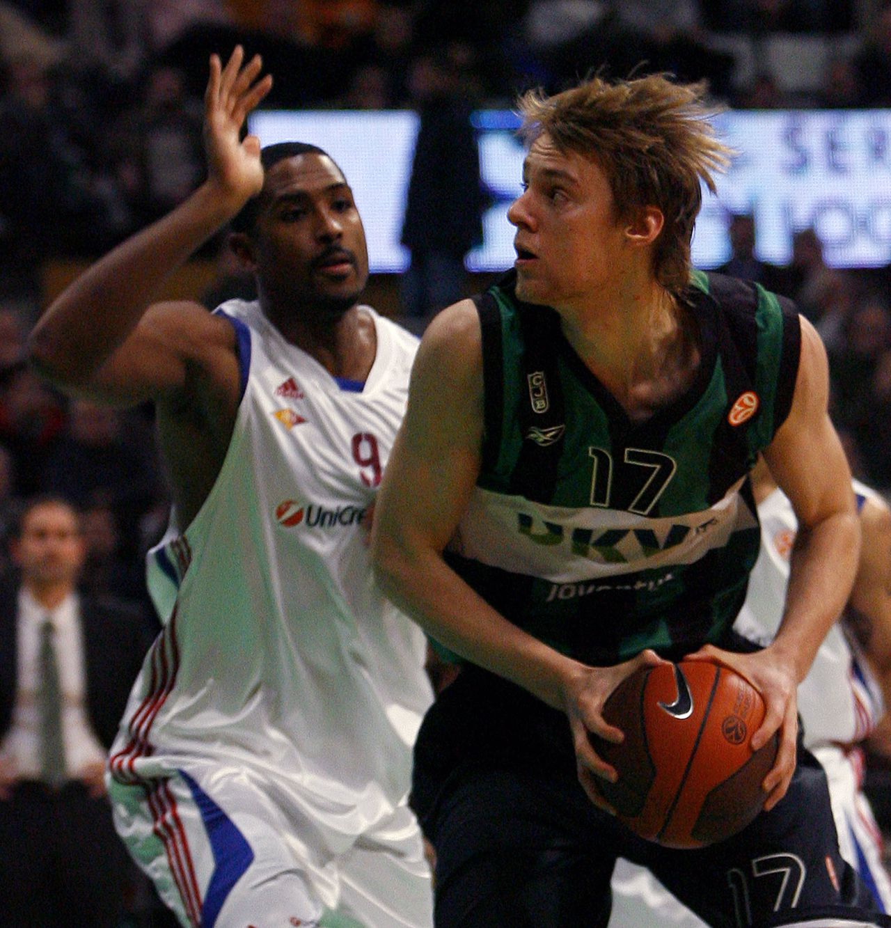 Dkv Joventut's Henk Norel (R) stretches for the ball with Lottomatica Roma Andre Hutson (L) in a EuroLeague basketball Group C match at the Olympic of Badalona on December 11, 2008. AFP PHOTO/JOSEP LAGO