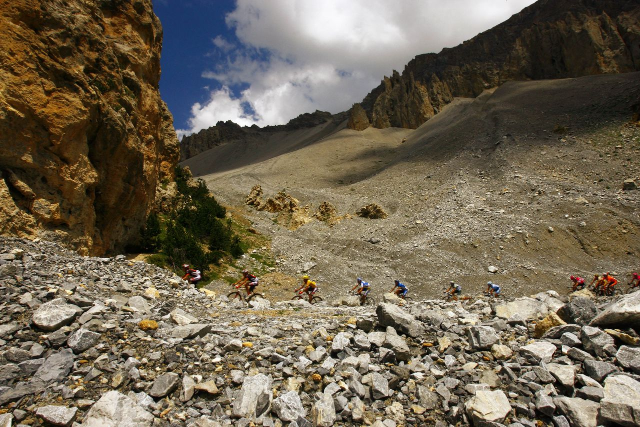 Col d'Izoard, Tour de France 2006 Foto Patrice Mollet / AP Riders of the pack push up the Izoard pass, French Alps, during the 15th stage of the 93rd Tour de France cycling race between Gap, southeastern France, and L'Alpe d'Huez, French Alps, Tuesday, July 18, 2006. (AP Photo/Patrice Mollet)