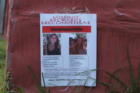 Poster die een beloning uitlooft voor tips over de vermiste meisjes.