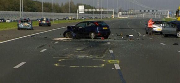De ravage op de A2 nadat benzinedieven dit weekend op een bewust veroorzaakte file inreden. Beeld: screenshot NOS
