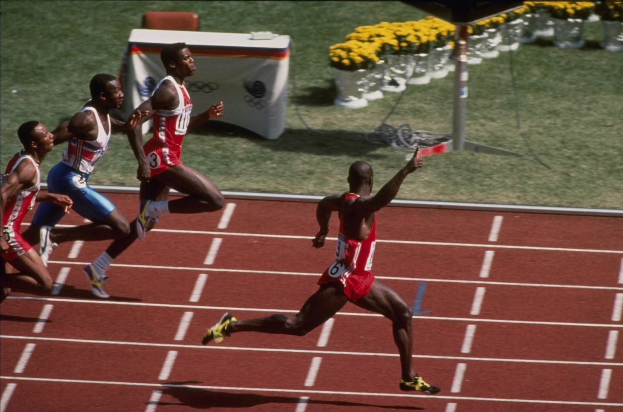 24 Sep 1988: Ben Johnson of Canada celebrates as he crosses the finish line well ahead of Carl Lewis of the USA and Linford Christie of Great Britain to win the mens 100m final during the 1988 Summer Olympic Games in Seoul, South Korea. Johnson won thegold medal with a world record time of 9.79. However, the gold medal was revoked by the IOC on the following day because Johnson's post-race drug test indicated steroid use. Foto: Simon Bruty / Getty Images Olympische Spelen 1988 hardlopen atletiek