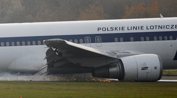 Caption: A Boeing 767 of Polish LOT airlines makes an emergency landing at Warsaw airport, November 1, 2011. A Boeing 767 flying from New York with some 230 people on board made an emergency landing at Warsaw's airport on Tuesday after trouble with landing gear. No one was hurt. REUTERS/Stringer (POLAND - Tags: DISASTER TRANSPORT) POLAND OUT. NO COMMERCIAL OR EDITORIAL SALES IN POLAND