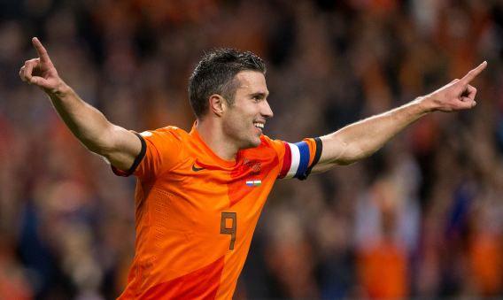 Robin van Persie viert zijn 5-0 met tijdens de WK kwalificatiewedstrijd tegen Hongarije.