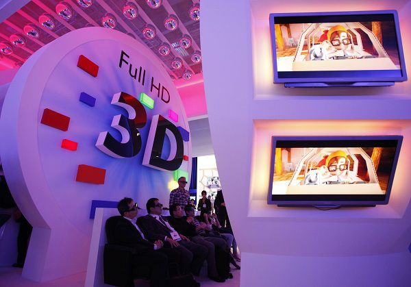 "Visitors watch 3D TV at the stand of Philips at the Internationale Funkausstellung (IFA) consumer electronics fair at ""Messe Berlin"" exhibition centre in Berlin in this September 3, 2010 file photo. When Dutch consumer electronics giant Philips Electronics reports first-quarter earnings later on Monday, the market will want to know how it expects to fix the problems at its troubled TV unit. Philips' new chief executive, Frans van Houten, who took over at the start of this month, will have to act swiftly to restore investor confidence in the Dutch shavers-to-medical scanners manufacturer. REUTERS/Christian Charisius/Files (GERMANY - Tags: BUSINESS SCI TECH)"