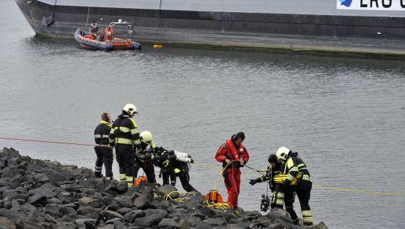 Hulpdiensten zoeken naar vermiste opvarenden in het Kanaal door Zuid-Beveland, waar vanmiddag een zeilbootje overvaren werd door een tanker. Daarbij kwamen twee personen, een man en een vrouw, om het leven. Mogelijk waren er vier personen aan boord. De andere twee opvarenden zijn nog vermist, naar hen wordt nog gezocht.