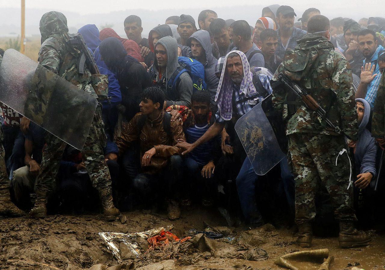 De Macedonische politie probeert de stroom migranten in bedwang te houden bij de grens met Griekenland, in de buurt van het plaatsje Idomeni.