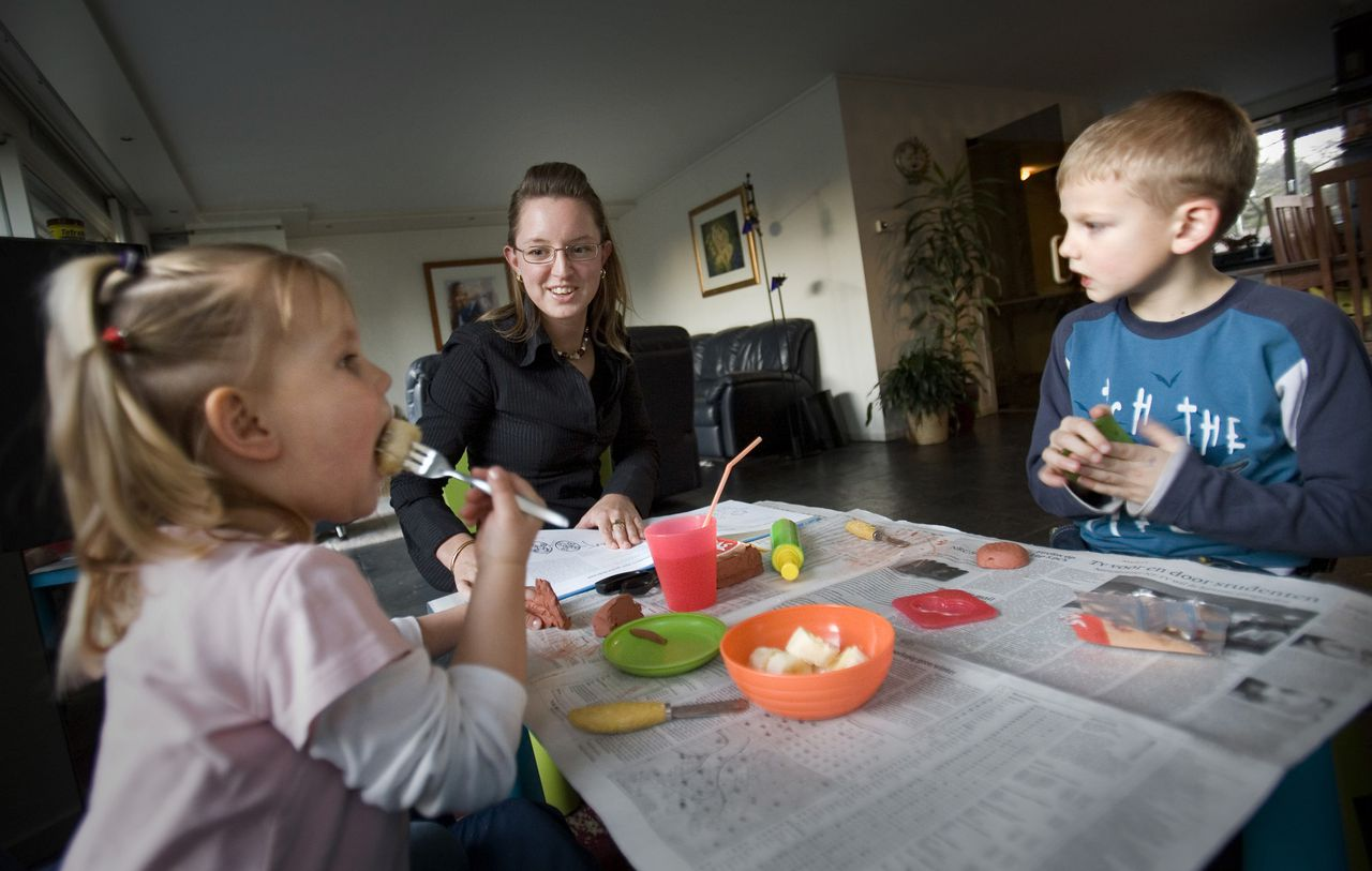 Een nanny past op de kinderen van een familie in Leidschendam. 20-01-06 © Foto Merlin Daleman