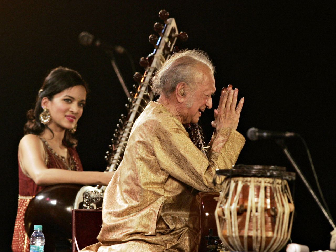 (FILES) In this photograph taken on February 7, 2009, Indian sitar maestro Ravi Shankar (R) gestures while his daughter Anoushka Shankar (L, background) looks on during a performance at The Dover Lane Music Conference in Kolkata. According to reports on Indian television channels on December 12, 2012, Ravi Shankar has died aged 92 in San Diego, California. AFP PHOTO/Deshakalyan CHOWDHURY/FILES