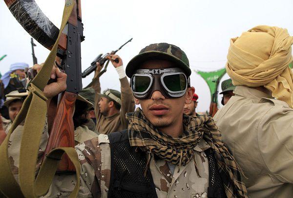 Een Libische overheidssoldaat poseert voor de camera in Ajdabiyah. Foto Reuters / Ahmed Jadallah
