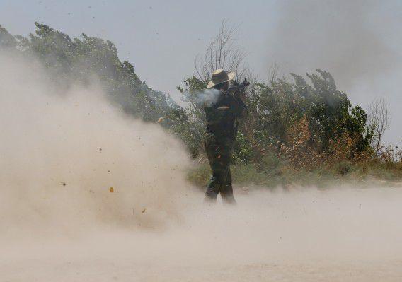 Een Koerdische strijder aan de frontlinie in gevecht met strijders van de Islamitische Staat bij Buyuk Yeniga.