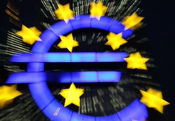Een logo van het euroteken voor de deur van het kantoor van de ECB in Frankfurt.