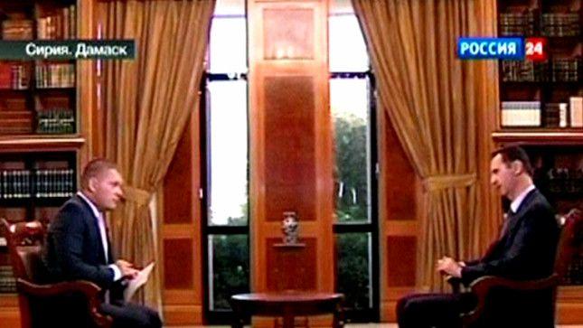 Assad (R) in gesprek met de Russische zender RU24 vandaag.