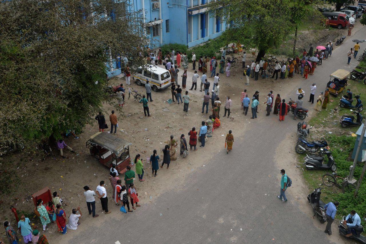Mensen staan in de rij voor een coronaprik in Siliguri, India. Het land exporteert tot zeker oktober geen vaccindoses meer naar het buitenland.