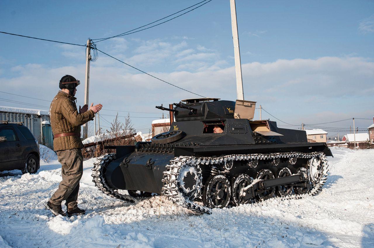 De Duitse Panzer I manoeuvreert voor de werkplaats van Joeri Kelejnikov.